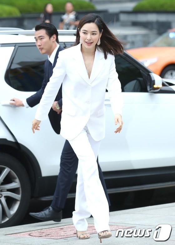 Sulli trở lại đẹp xuất sắc với màn hở ngực táo bạo, chấp cả Hoa hậu Hàn đẹp nhất thế giới và chị đại Kim Hye Soo - ảnh 18