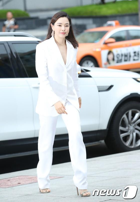 Sulli trở lại đẹp xuất sắc với màn hở ngực táo bạo, chấp cả Hoa hậu Hàn đẹp nhất thế giới và chị đại Kim Hye Soo - ảnh 17
