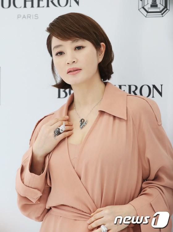 Sulli trở lại đẹp xuất sắc với màn hở ngực táo bạo, chấp cả Hoa hậu Hàn đẹp nhất thế giới và chị đại Kim Hye Soo - ảnh 16