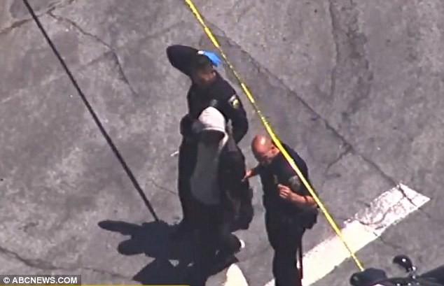 Cúi người tìm túi xách thất lạc, tài xế xe buýt phát hiện đôi giày đỏ trên chân đứa bé 3 tuổi liền lập tức gọi cảnh sát - Ảnh 2.
