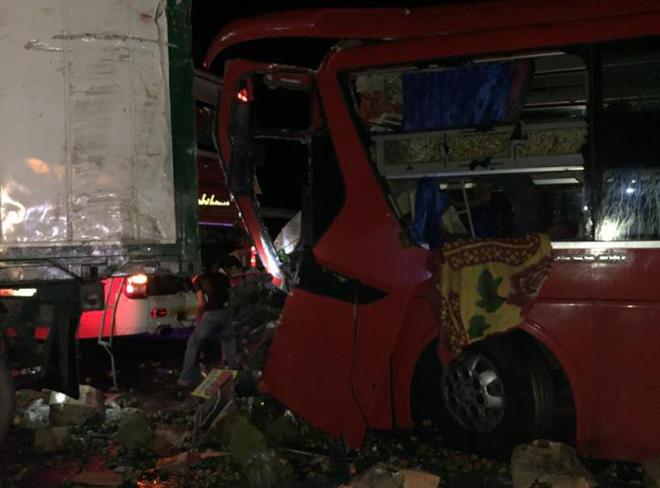 Xe khách va chạm với xe tải, ít nhất 12 người bị thương nặng - ảnh 1