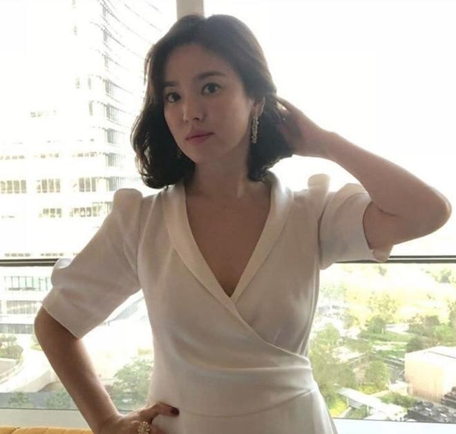 Chỉ trung thành với giày màu nude, nhưng hoá ra đây là cách mà Song Hye Kyo diện đẹp mọi bộ đồ - Ảnh 3.