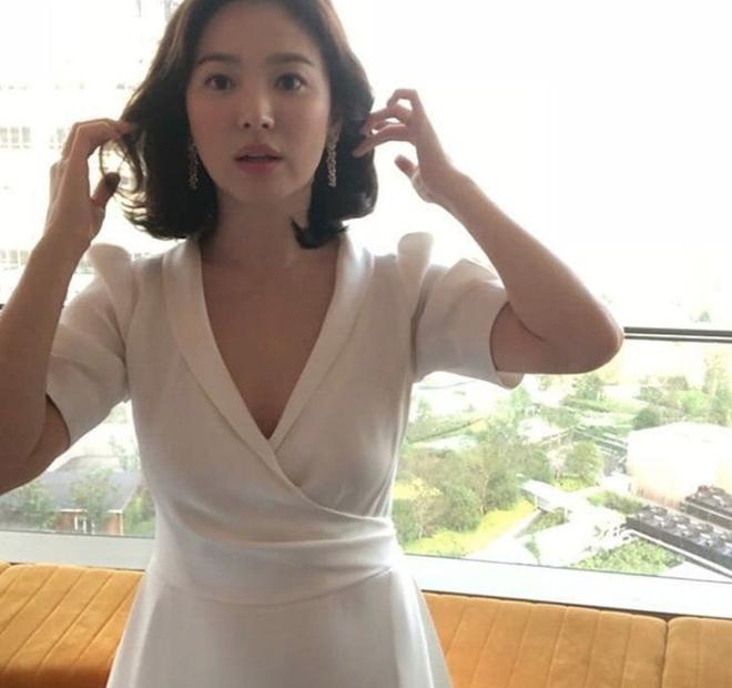 Chỉ trung thành với giày màu nude, nhưng hoá ra đây là cách mà Song Hye Kyo diện đẹp mọi bộ đồ - Ảnh 4.