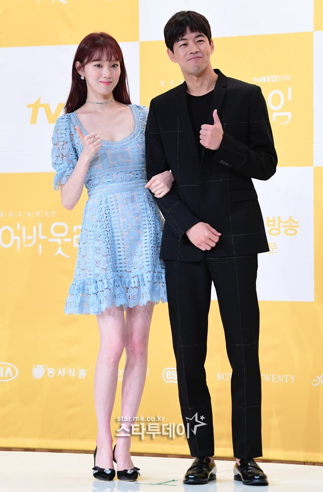 Lee Sung Kyung trở lại xinh lung linh, nhưng lại lộ cặp đùi gầy và mỏng như bị photoshop bên dàn sao toàn mỹ nam mỹ nữ - ảnh 7