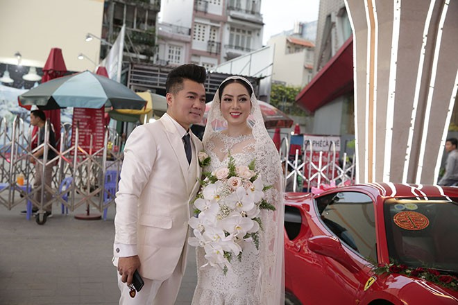 Lâm Vũ tự lái xế hộp 15 tỷ chở cô dâu đến địa điểm tổ chức tiệc cưới tối nay - ảnh 7