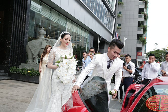 Lâm Vũ tự lái xế hộp 15 tỷ chở cô dâu đến địa điểm tổ chức tiệc cưới tối nay - ảnh 8