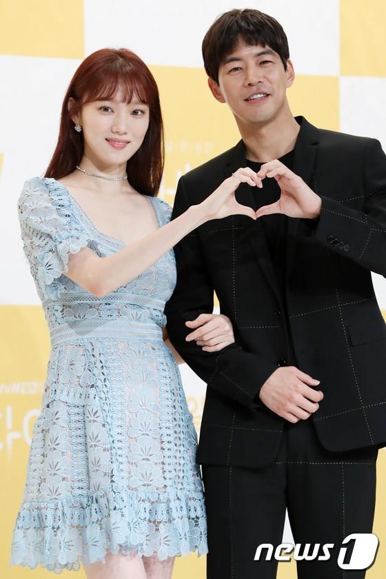 Lee Sung Kyung trở lại xinh lung linh, nhưng lại lộ cặp đùi gầy và mỏng như bị photoshop bên dàn sao toàn mỹ nam mỹ nữ - ảnh 8