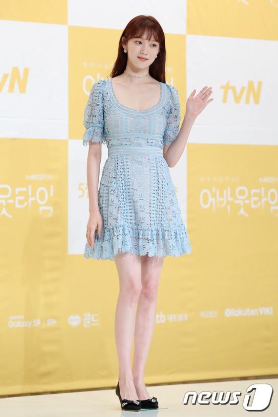 Lee Sung Kyung trở lại xinh lung linh, nhưng lại lộ cặp đùi gầy và mỏng như bị photoshop bên dàn sao toàn mỹ nam mỹ nữ - ảnh 1