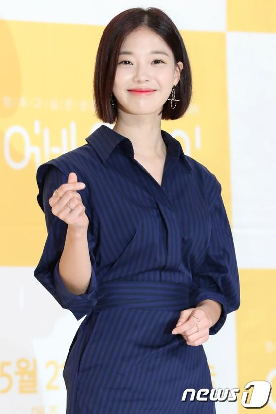Lee Sung Kyung trở lại xinh lung linh, nhưng lại lộ cặp đùi gầy và mỏng như bị photoshop bên dàn sao toàn mỹ nam mỹ nữ - ảnh 15