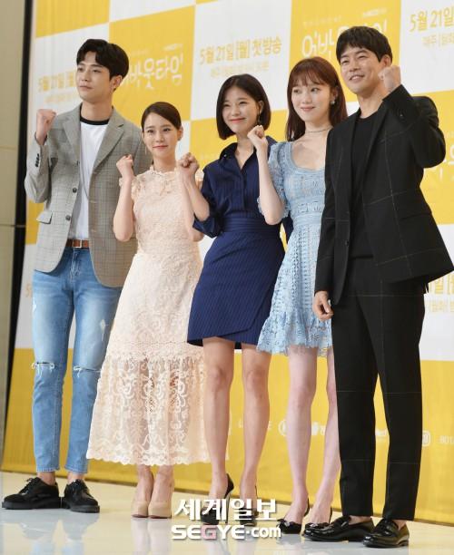 Lee Sung Kyung trở lại xinh lung linh, nhưng lại lộ cặp đùi gầy và mỏng như bị photoshop bên dàn sao toàn mỹ nam mỹ nữ - ảnh 17