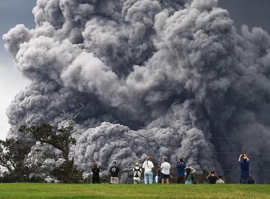 Hawaii cảnh báo đỏ: Núi lửa hoạt động mạnh, cột khói cao đến hơn 3.600m - Ảnh 2.