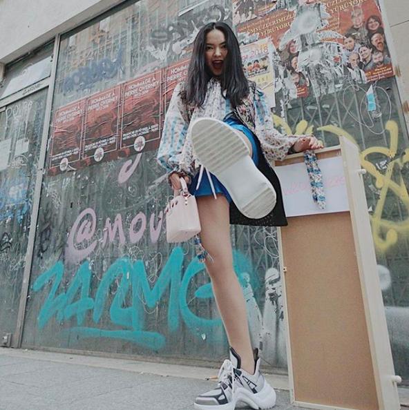 Soi ngay phong cách pose ảnh làm nên thương hiệu của các hotgirl Việt - ảnh 1