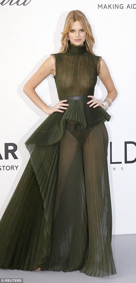 LHP Cannes: Giữa dàn siêu mẫu đẹp nhất thế giới, một mỹ nhân gây chú ý vì vòng 1 nổi gân xanh - ảnh 11