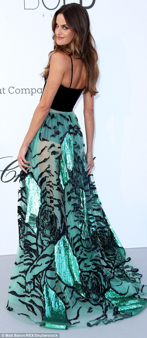 LHP Cannes: Giữa dàn siêu mẫu đẹp nhất thế giới, một mỹ nhân gây chú ý vì vòng 1 nổi gân xanh - ảnh 6