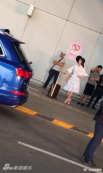 Phạm Băng Băng không còn ở lại Cannes, trở về Trung Quốc thả dáng tại sân bay - ảnh 1