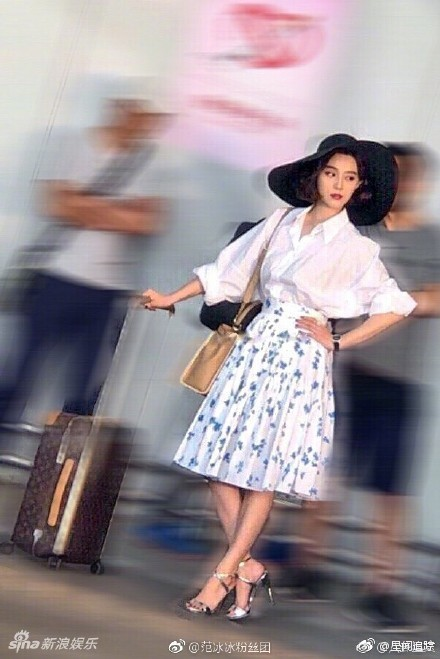 Phạm Băng Băng không còn ở lại Cannes, trở về Trung Quốc thả dáng tại sân bay - ảnh 2