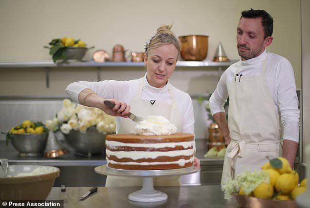 """Cận cảnh quá trình công phu làm ra chiếc bánh cưới """"lịch sử"""" của Hoàng tử Harry và Meghan Markle - ảnh 2"""