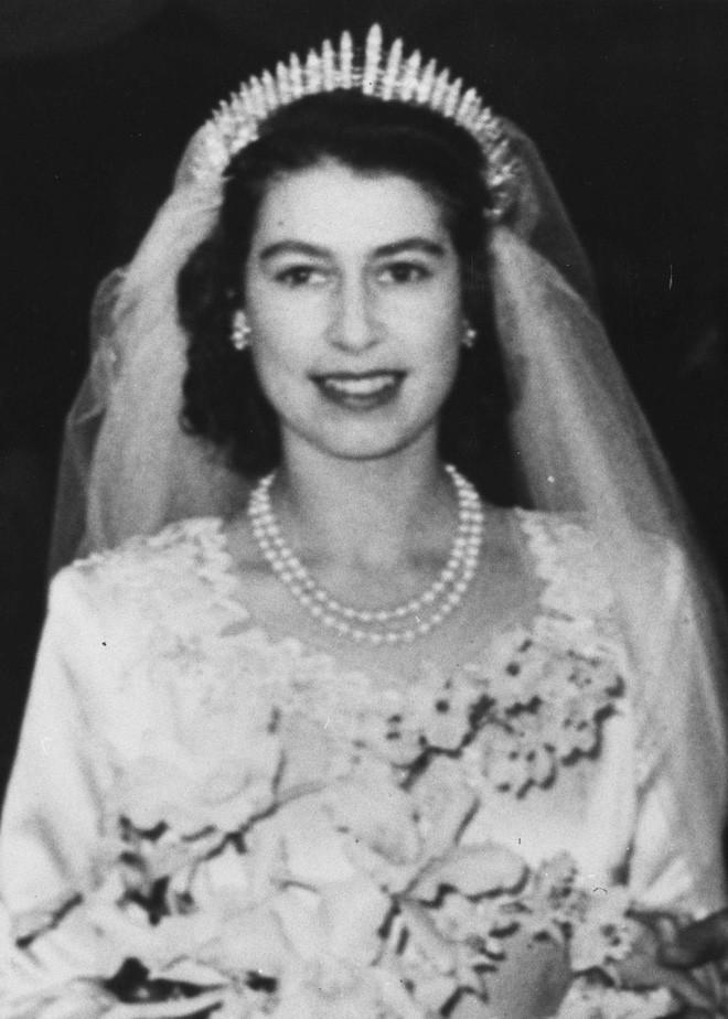 Chiêm ngưỡng lại những chiếc vương miện tinh xảo nhất trong lịch sử đám cưới Hoàng gia trước hôn lễ của Hoàng tử Harry - ảnh 2