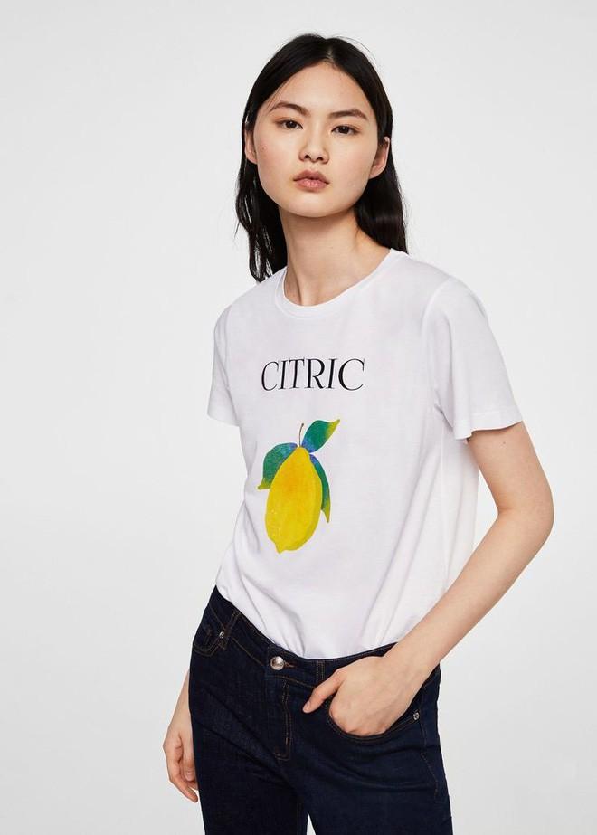 Nếu chán áo phông trắng trơn hay in chữ, Zara cùng H&M còn đủ kiểu áo in hình nổi bật mà giá chưa quá 500 ngàn đồng - ảnh 11
