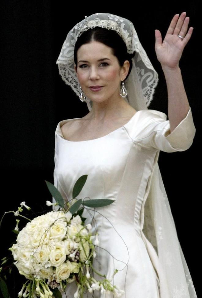 Chiêm ngưỡng lại những chiếc vương miện tinh xảo nhất trong lịch sử đám cưới Hoàng gia trước hôn lễ của Hoàng tử Harry - ảnh 12