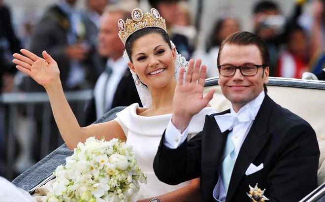 Chiêm ngưỡng lại những chiếc vương miện tinh xảo nhất trong lịch sử đám cưới Hoàng gia trước hôn lễ của Hoàng tử Harry - ảnh 13