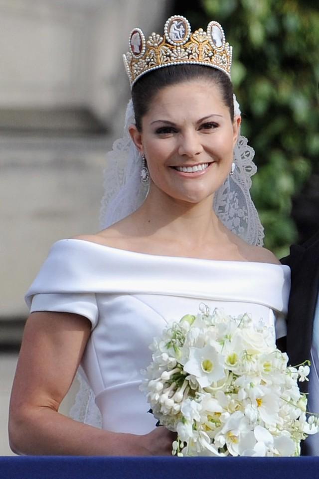 Chiêm ngưỡng lại những chiếc vương miện tinh xảo nhất trong lịch sử đám cưới Hoàng gia trước hôn lễ của Hoàng tử Harry - ảnh 14