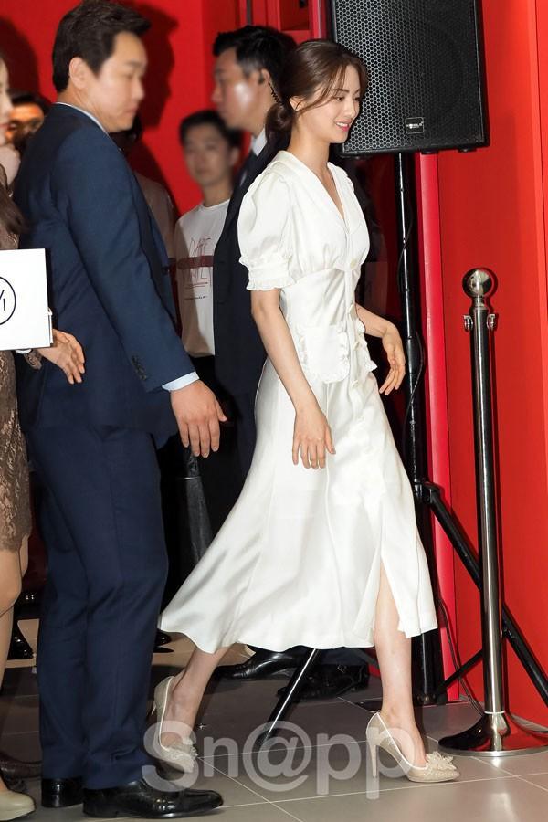 Diện đồ trắng rồi lại chọn giày cùng 1 hãng, chị đẹp Son Ye Jin và Nana thật khiến người ta không phân định được ai đẹp hơn - ảnh 3