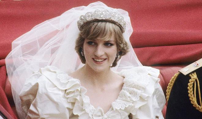 Chiêm ngưỡng lại những chiếc vương miện tinh xảo nhất trong lịch sử đám cưới Hoàng gia trước hôn lễ của Hoàng tử Harry - ảnh 3