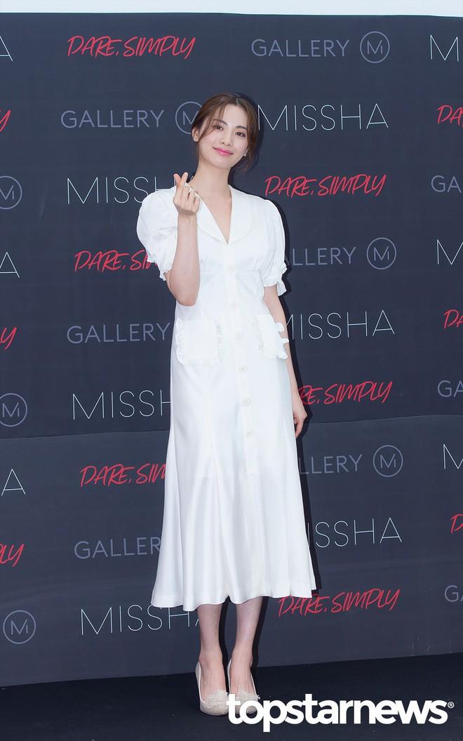 Diện đồ trắng rồi lại chọn giày cùng 1 hãng, chị đẹp Son Ye Jin và Nana thật khiến người ta không phân định được ai đẹp hơn - ảnh 4