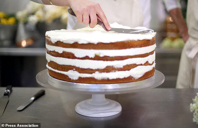 """Cận cảnh quá trình công phu làm ra chiếc bánh cưới """"lịch sử"""" của Hoàng tử Harry và Meghan Markle - ảnh 4"""