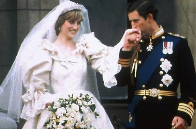 Chiêm ngưỡng lại những chiếc vương miện tinh xảo nhất trong lịch sử đám cưới Hoàng gia trước hôn lễ của Hoàng tử Harry - ảnh 4