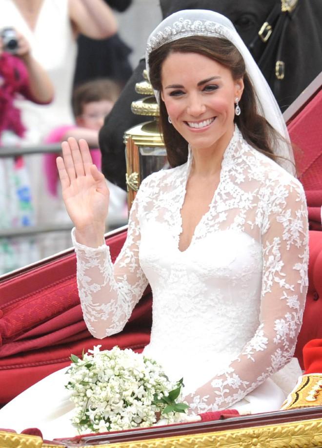 Chiêm ngưỡng lại những chiếc vương miện tinh xảo nhất trong lịch sử đám cưới Hoàng gia trước hôn lễ của Hoàng tử Harry - ảnh 5