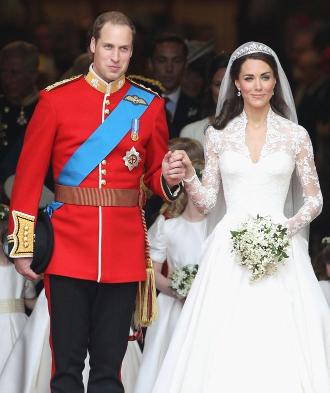 Chiêm ngưỡng lại những chiếc vương miện tinh xảo nhất trong lịch sử đám cưới Hoàng gia trước hôn lễ của Hoàng tử Harry - ảnh 6