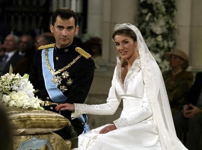 Chiêm ngưỡng lại những chiếc vương miện tinh xảo nhất trong lịch sử đám cưới Hoàng gia trước hôn lễ của Hoàng tử Harry - ảnh 8