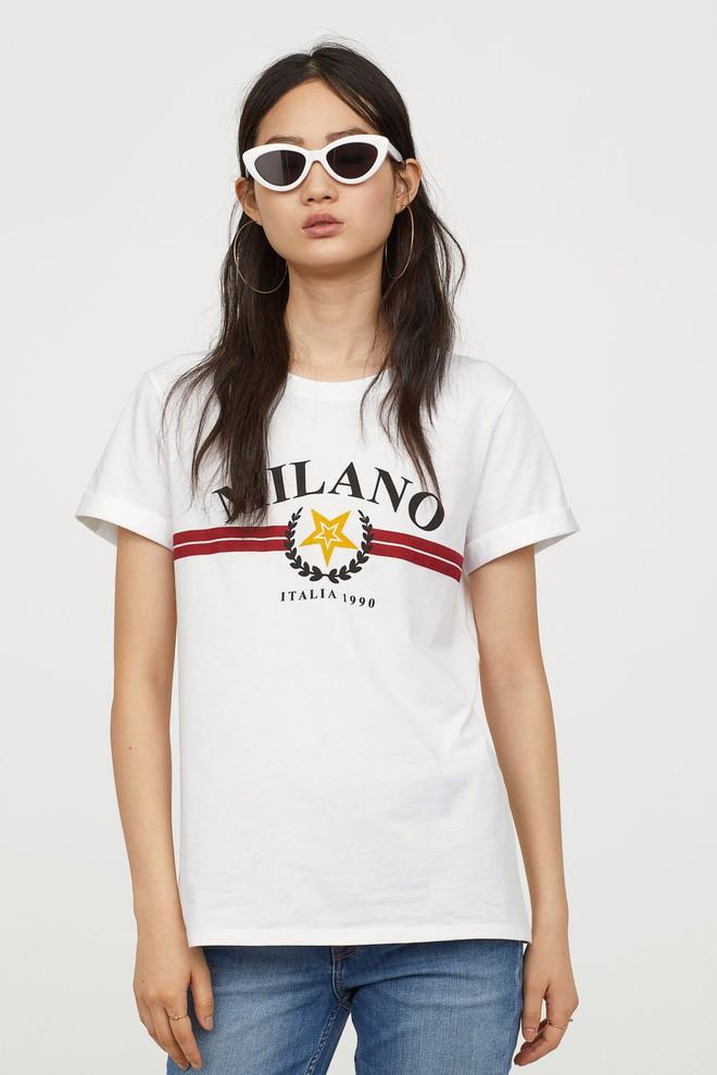 Nếu chán áo phông trắng trơn hay in chữ, Zara cùng H&M còn đủ kiểu áo in hình nổi bật mà giá chưa quá 500 ngàn đồng - ảnh 9