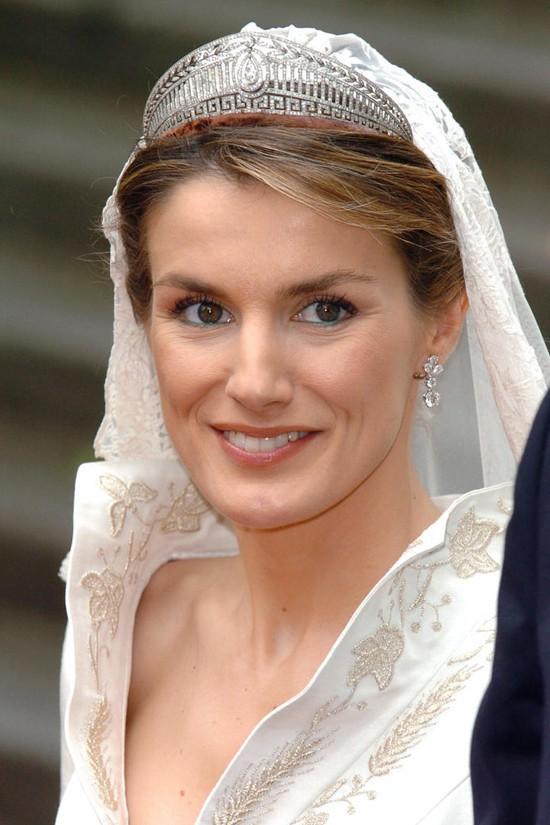 Chiêm ngưỡng lại những chiếc vương miện tinh xảo nhất trong lịch sử đám cưới Hoàng gia trước hôn lễ của Hoàng tử Harry - ảnh 9