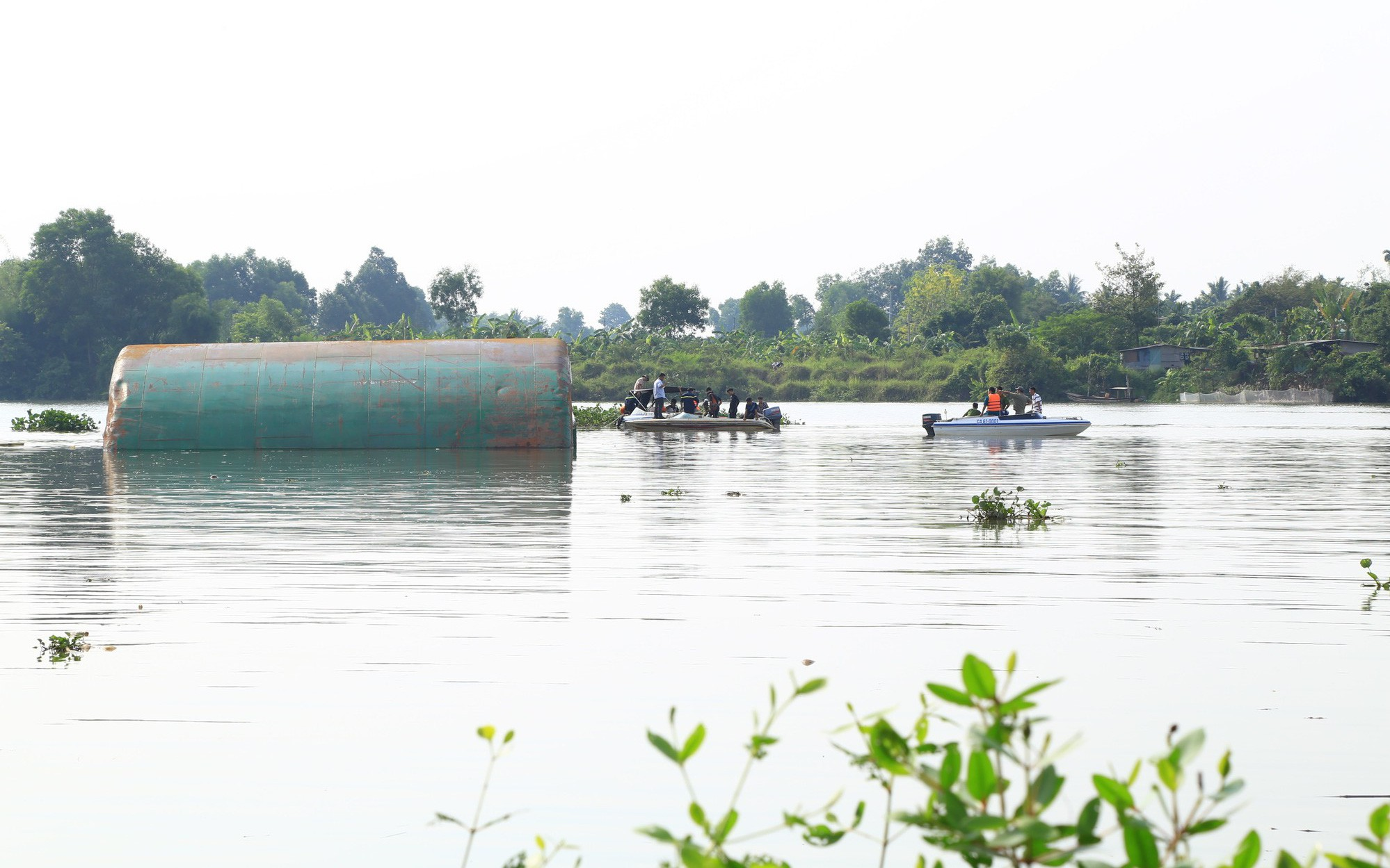 Hiện trường vụ sà lan nghìn tấn chìm trên sông khiến 3 người trong một gia đình mất tích