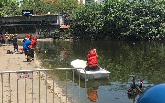 Hà Nội: Lực lượng chức năng vớt thi thể người ông cứu cháu trượt chân ngã xuống hồ Thiền Quang