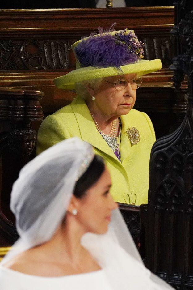 Nếu bạn thắc mắc vì sao Nữ hoàng Elizabeth mặc đồ xanh nõn chuối đến Đám cưới Hoàng gia thì lý do là thế này - ảnh 3