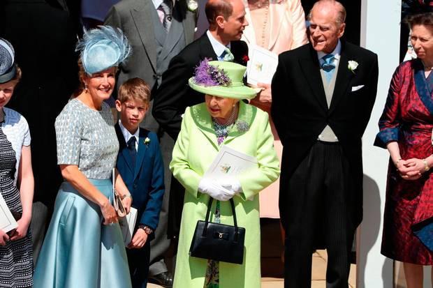 Nếu bạn thắc mắc vì sao Nữ hoàng Elizabeth mặc đồ xanh nõn chuối đến Đám cưới Hoàng gia thì lý do là thế này - ảnh 4
