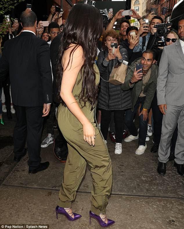 Sau nghi vấn đổ vỏ, Kylie Jenner vẫn tươi tỉnh trên phố nhưng bạn trai cô thì cúi gằm mặt - Ảnh 6.