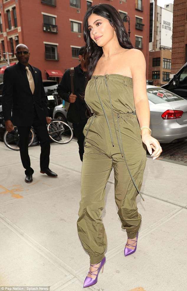Sau nghi vấn đổ vỏ, Kylie Jenner vẫn tươi tỉnh trên phố nhưng bạn trai cô thì cúi gằm mặt - Ảnh 5.