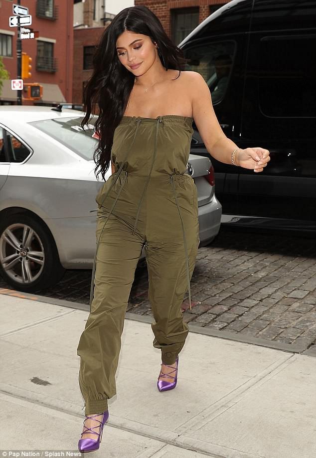 Sau nghi vấn đổ vỏ, Kylie Jenner vẫn tươi tỉnh trên phố nhưng bạn trai cô thì cúi gằm mặt - Ảnh 8.