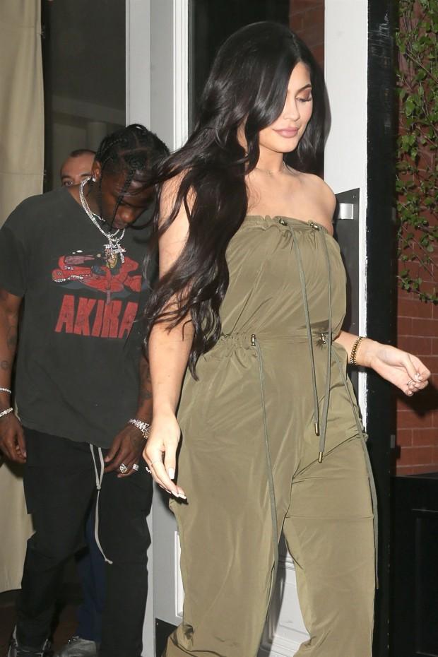 Sau nghi vấn đổ vỏ, Kylie Jenner vẫn tươi tỉnh trên phố nhưng bạn trai cô thì cúi gằm mặt - Ảnh 1.