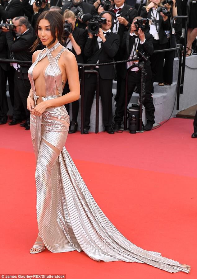 Thả rông vòng 1 trên thảm đỏ LHP Cannes, bồ cũ Justin Bieber gây chú ý không kém Phạm Băng Băng - Ảnh 1.