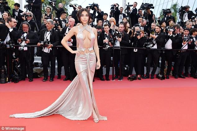 Thả rông vòng 1 trên thảm đỏ LHP Cannes, bồ cũ Justin Bieber gây chú ý không kém Phạm Băng Băng - Ảnh 3.