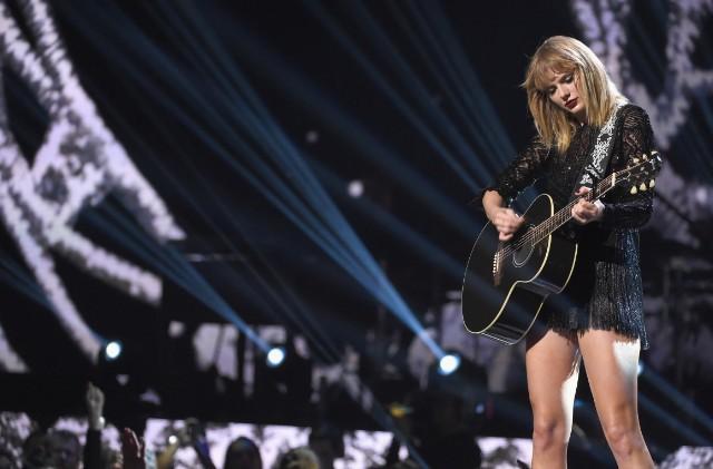 Không tha Facebook, Thượng nghị sỹ Mỹ lôi cả Taylor Swift vào để sân si chất vấn - Ảnh 2.