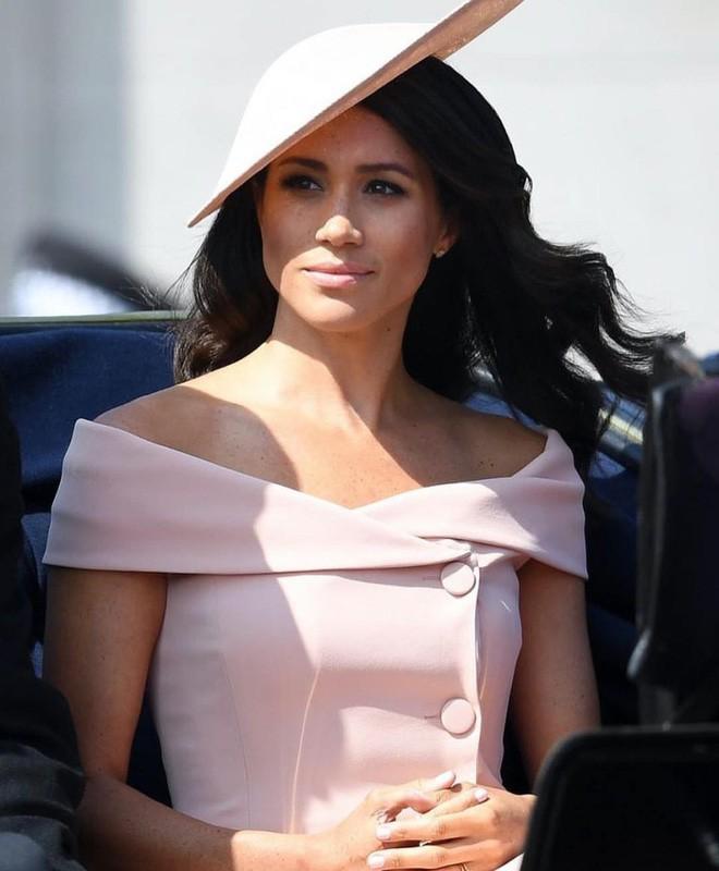 Thường phá vỡ quy tắc Hoàng gia về trang phục, nhưng có điều này Meghan Markle lại chưa bao giờ làm - ảnh 1