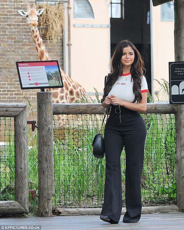 Demi Rose hớ hênh nhũ hoa vì thiếu nội y trong lúc khoe dáng gợi cảm tại vườn thú - Ảnh 5.