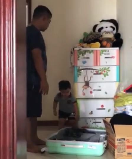 Clip: Cậu bé vừa nức nở khóc vừa thu dọn quần áo vào valy, đòi lên xe ô tô về nhà ngoại khi bị ba trêu nói đuổi ra khỏi nhà - Ảnh 2.